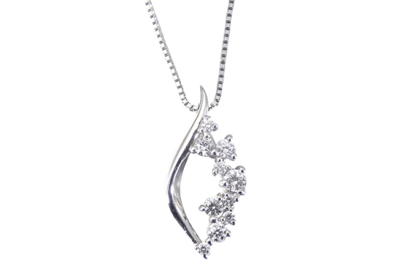 スイートテンに人気のダイヤモンドペンダント
