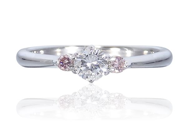 ピンクダイヤをあしらった婚約指輪